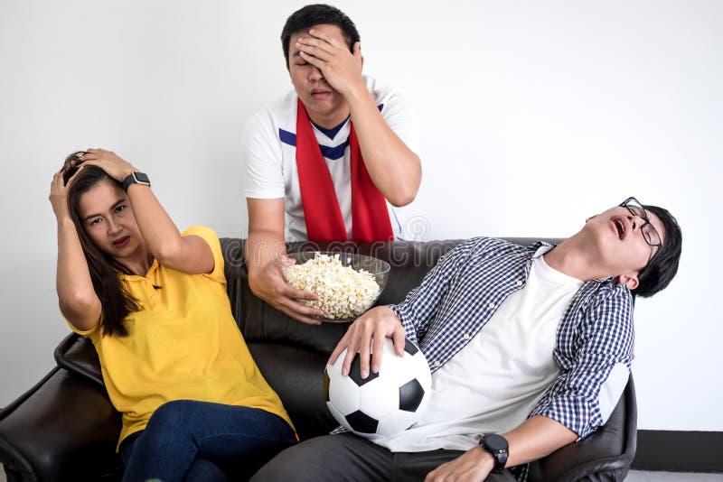 Groupe de match de football de observation de fanclub d'amis sur la TV et le cheerin images libres de droits
