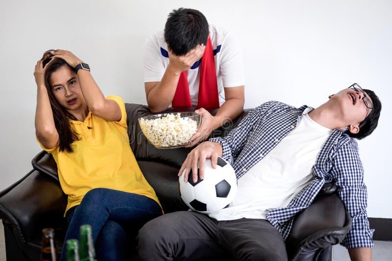 Groupe de match de football de observation de fanclub d'amis sur la TV et le cheerin image stock