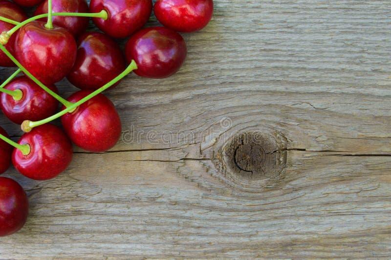 Groupe de merises rouges mûres fraîches sur le fond en bois images stock