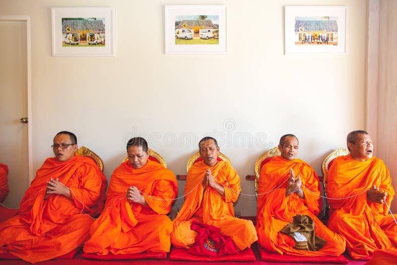 Groupe de moine tout en priant photographie stock libre de droits