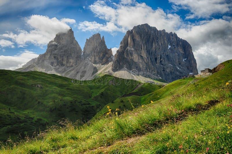 Groupe de montagne de Sassolungo et de Sassopiatto comme vu de Passo Sella un après-midi nuageux, dolomites, Trentino, Alto Adige photographie stock libre de droits
