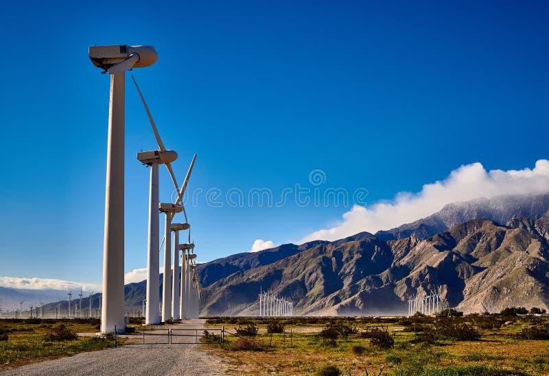 Groupe de moulins à vent avec la route et la porte de gravier photos libres de droits