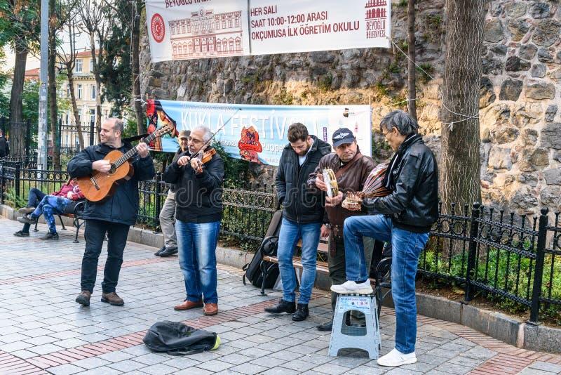 Groupe de musiciens jouant sur la rue à Istanbul La Turquie images stock