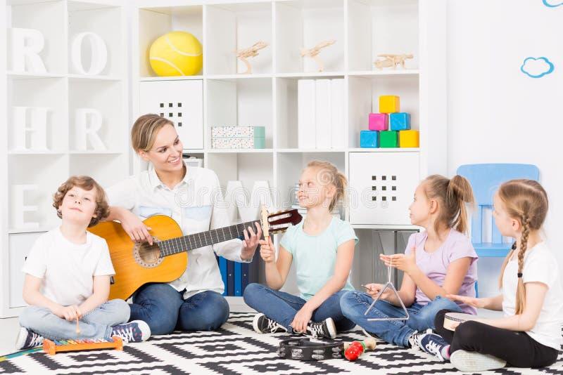 Groupe de musique d'école à leur répétition hebdomadaire photographie stock libre de droits