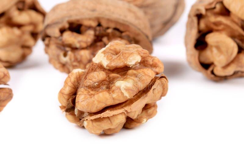 Groupe de noix entières et criquées. photo stock