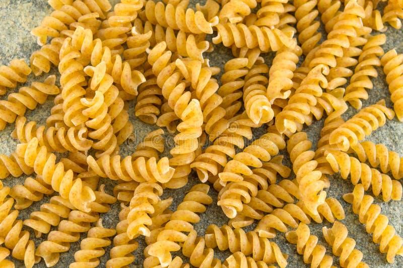 Groupe de pâtes colorées d'or sprial de macaronis photos libres de droits