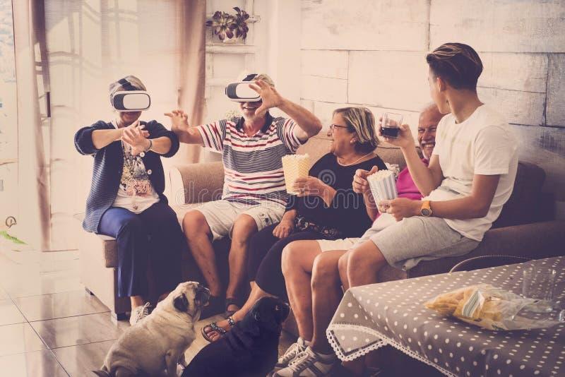 Groupe de partie des grands-pères et des années de l'adolescence supérieurs à la maison images stock