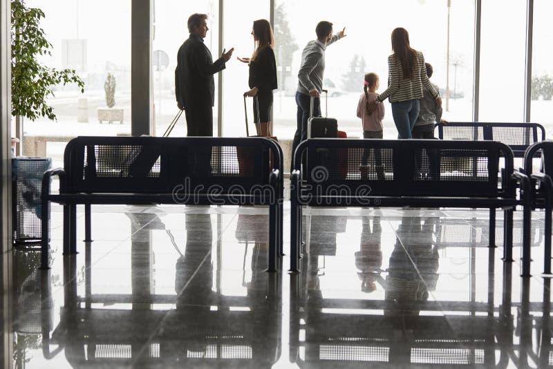 Groupe de passagers dans le refuge d'aéroport image libre de droits