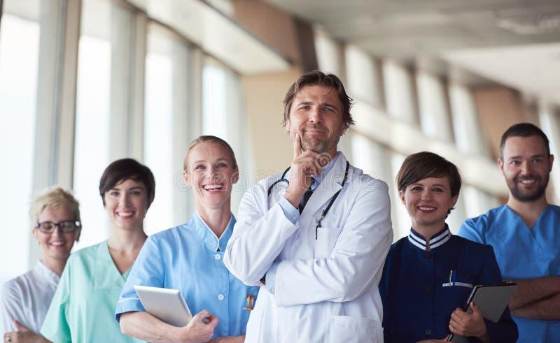 Groupe de personnel médical à l'hôpital image stock