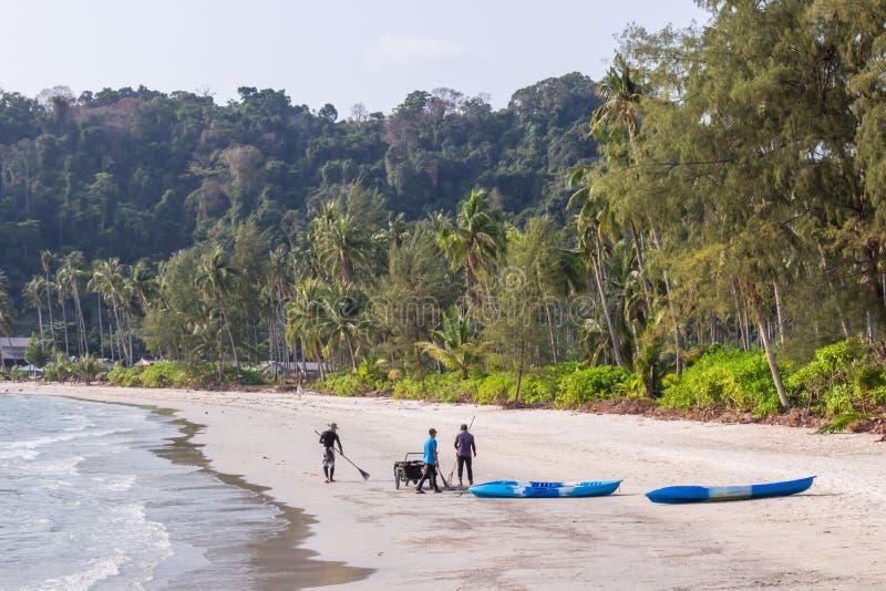 Groupe de personnel de nettoyage de plage sur le prao du secteur ao à l'île de kood de KOH, province Thaïlande de Trat image libre de droits