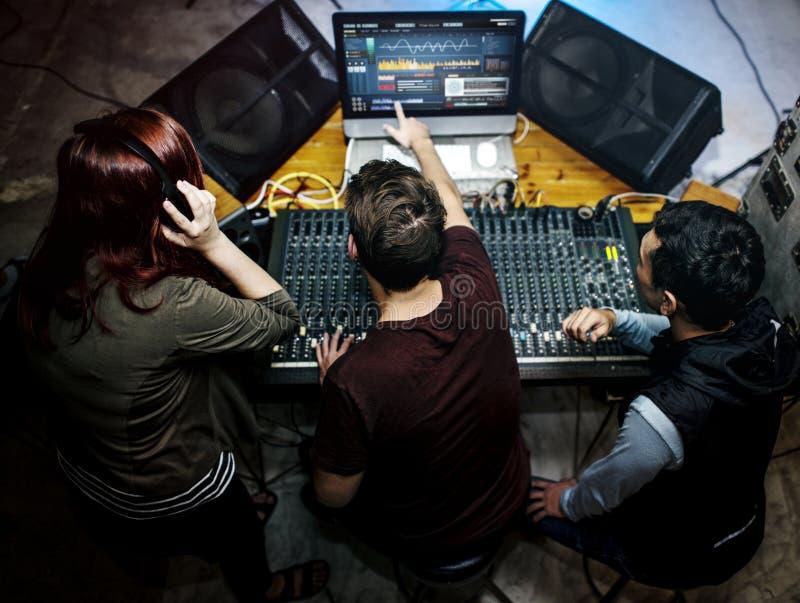 Groupe de personnes à une station de mixeur son photographie stock