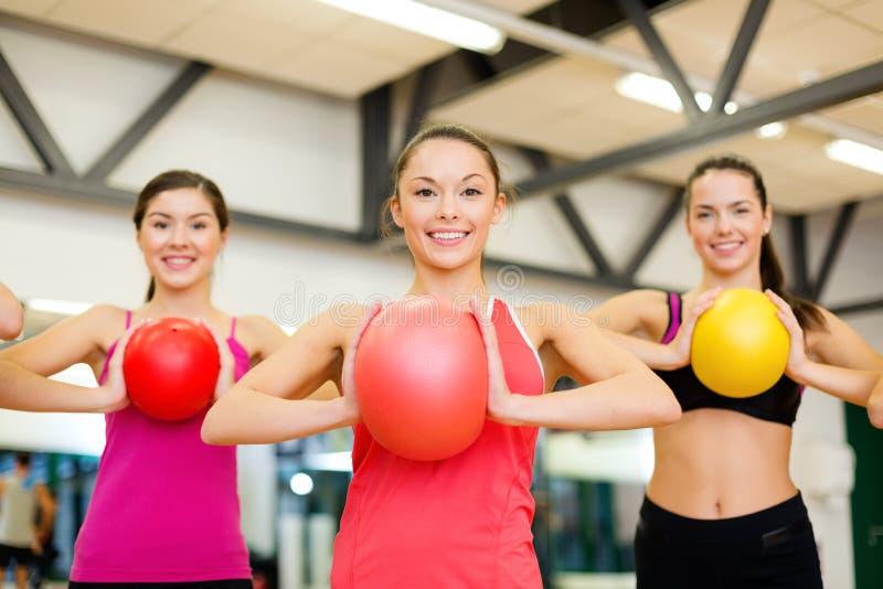 Groupe de personnes établissant avec des boules de stabilité image stock