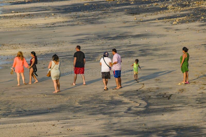 Groupe de personnes adultes marchant à la plage images stock