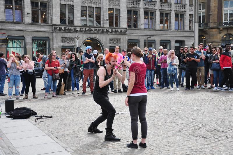 Groupe de personnes appréciant la représentation de rue chez Dam Square, Amsterdam photos libres de droits