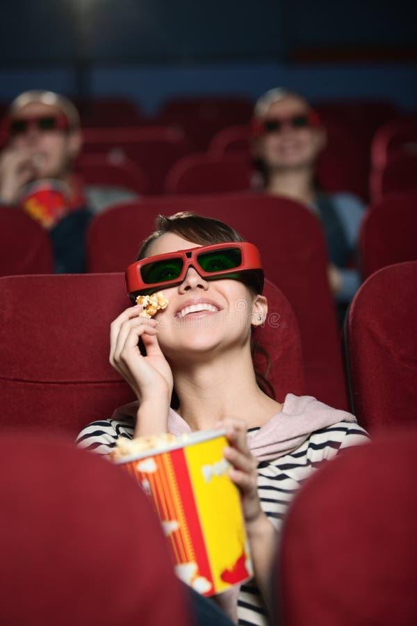 Groupe de personnes au cinéma photos stock