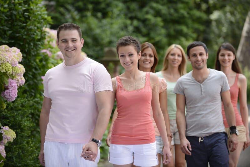 Groupe de personnes avec des couples marchant dehors photographie stock libre de droits