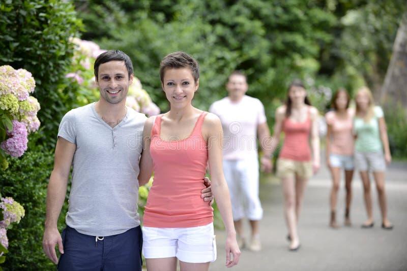 Groupe de personnes avec des couples marchant dehors image stock