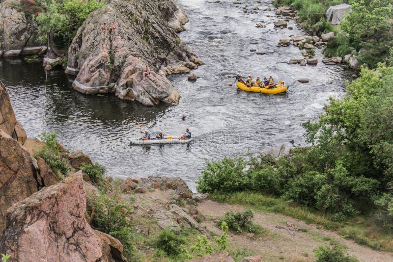 Groupe de personnes avec transporter de whitewater de guide et ramer par radeau sur la rivière, l'extrémité et l'amusement image stock