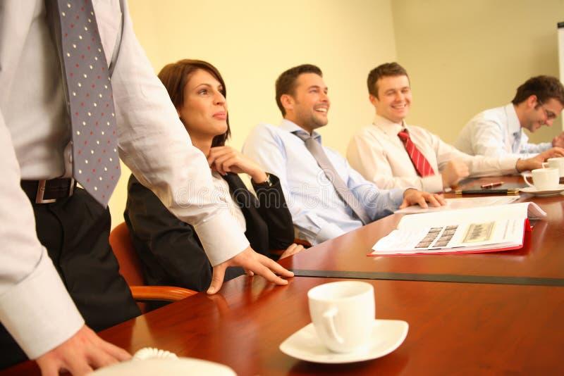 groupe de personnes ayant l'amusement au cours de la réunion d'affaires informelle photographie stock libre de droits