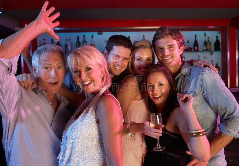 Groupe de personnes ayant l'amusement dans le bar occupé photos libres de droits