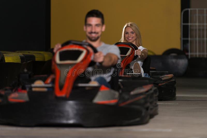 Groupe de personnes conduisant la course de Karting de kart image libre de droits