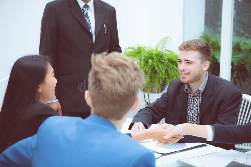 Groupe de personnes d'équipe d'affaires serrant la main avec le succès, accord de discussion images stock