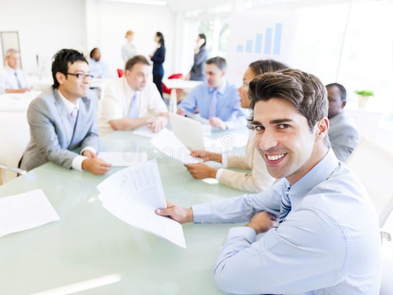 Groupe de personnes d'entreprise lors d'une réunion photos libres de droits