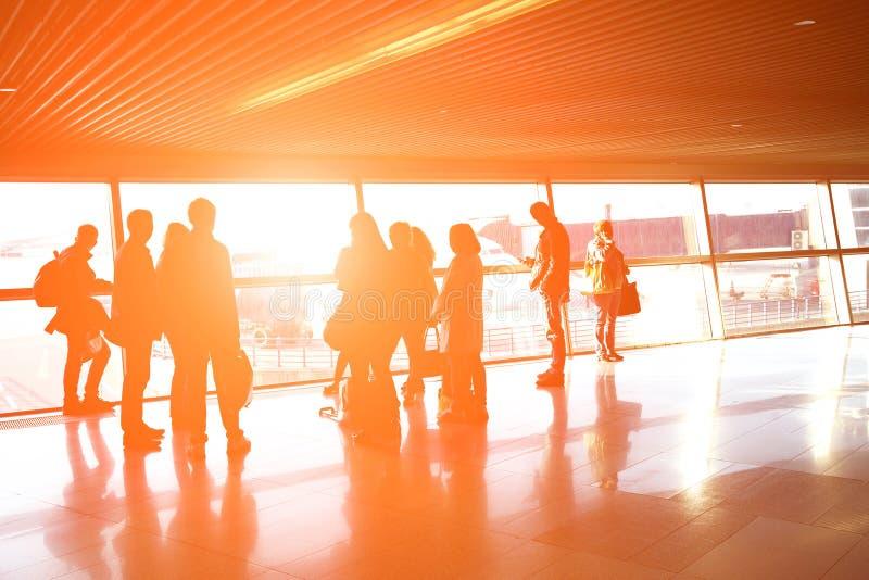 Groupe de personnes dans un aéroport images stock