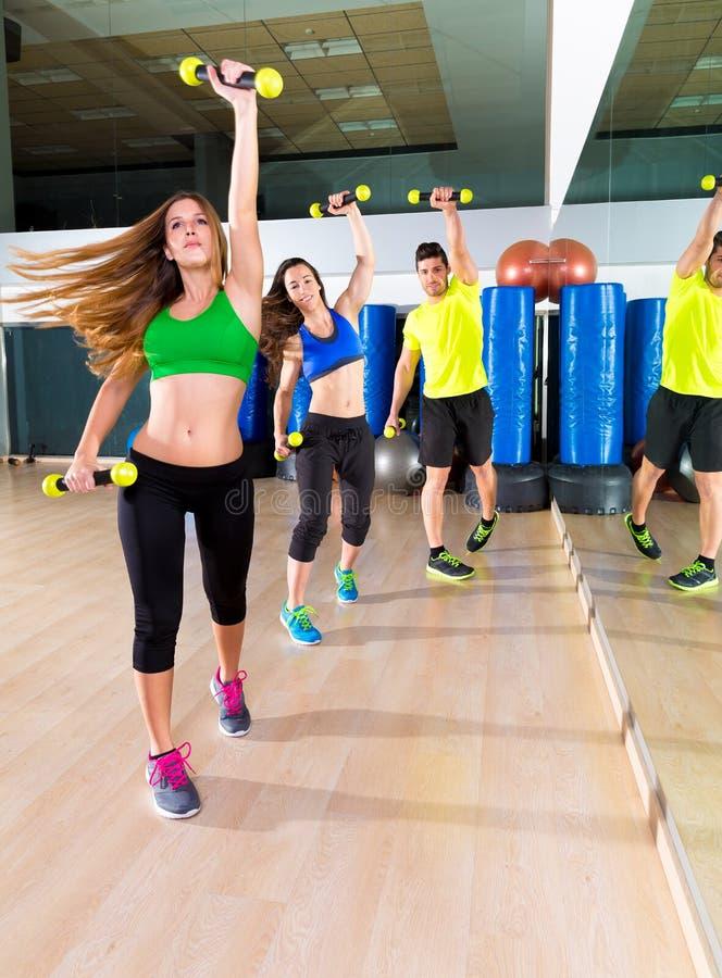 Groupe de personnes de danse de Zumba cardio- au gymnase de forme physique image libre de droits