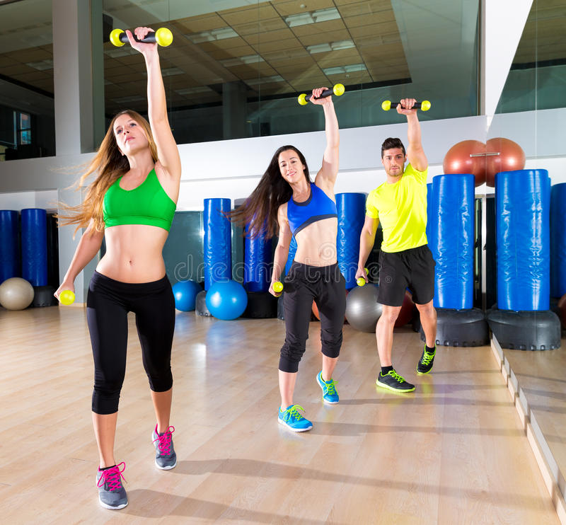 Groupe de personnes de danse de Zumba cardio- au gymnase de forme physique photo stock