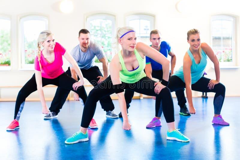 Groupe de personnes de forme physique dans le gymnase à l'aérobic photos stock
