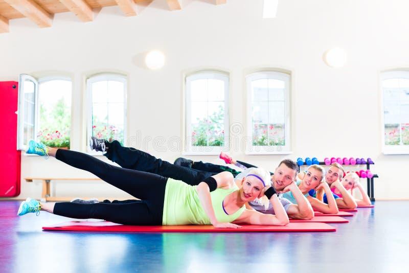 Groupe de personnes de forme physique dans le gymnase images stock
