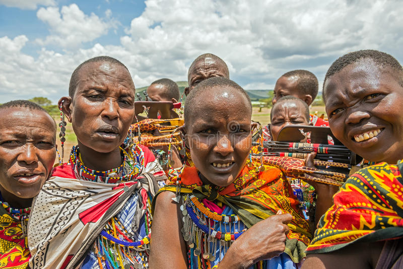 Groupe de personnes de Maasai avec la vente traditionnelle de bijoux leur ho photographie stock