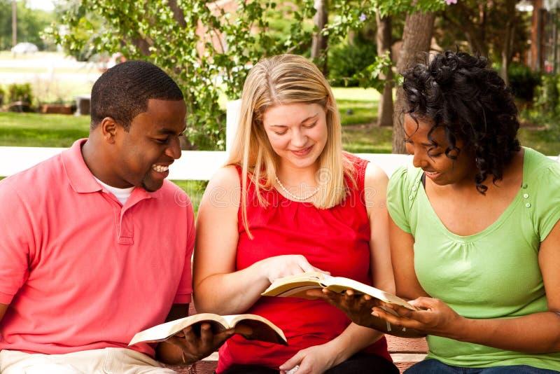Groupe de personnes divers parlant et lisant image stock