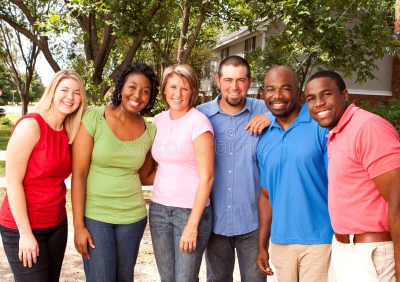 Groupe de personnes divers parlant et riant images libres de droits