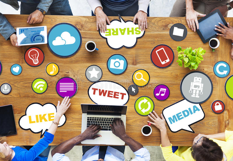 Groupe de personnes diverses discutant au sujet du media social illustration libre de droits