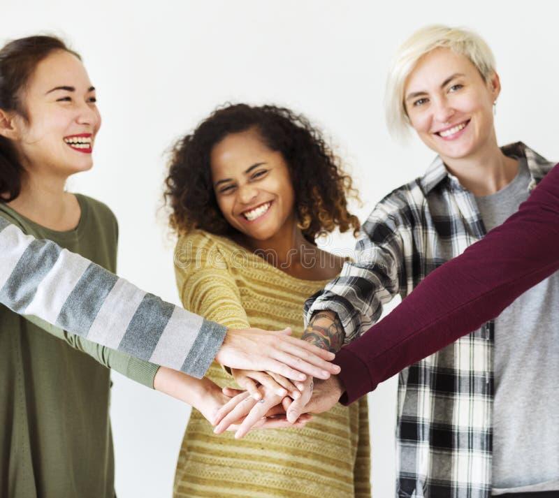 Groupe de personnes diverses ensemble en équipe image stock