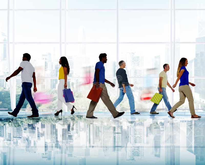 Download Groupe De Personnes Diverses Marchant Dans Un Centre Commercial Photo stock - Image du marchandises, hâte: 45366532
