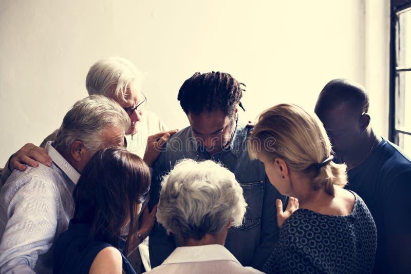 Groupe de personnes diverses recueillant ensemble le travail d'équipe de soutien images libres de droits