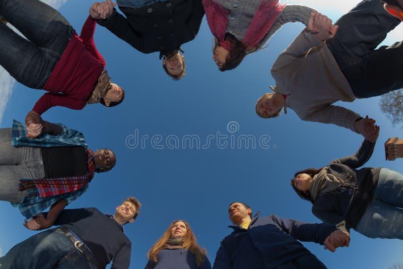 Groupe de personnes en cercle photos libres de droits