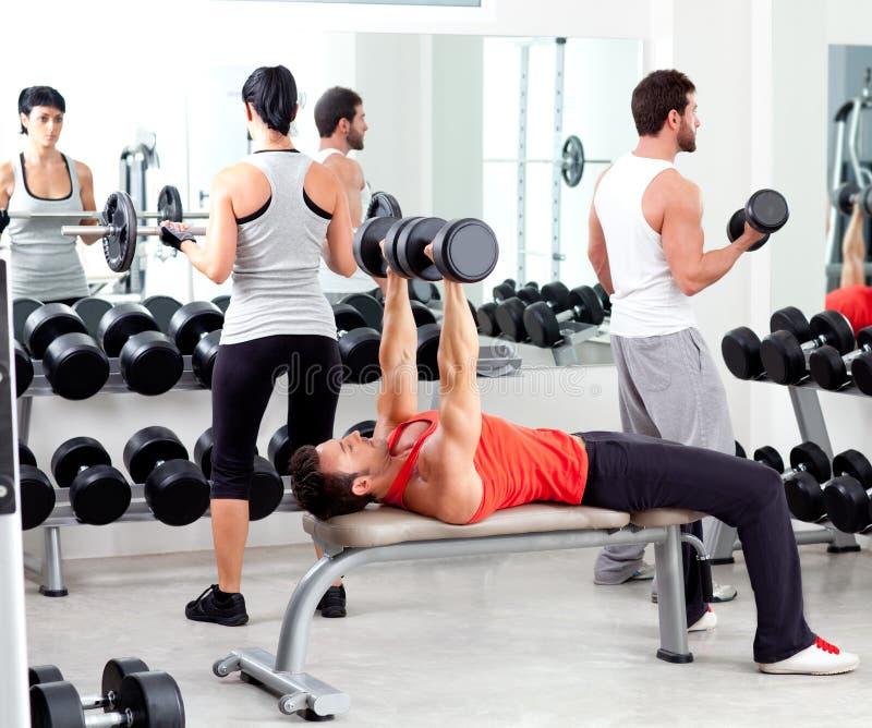 Groupe de personnes en gymnastique de forme physique de sport photographie stock libre de droits