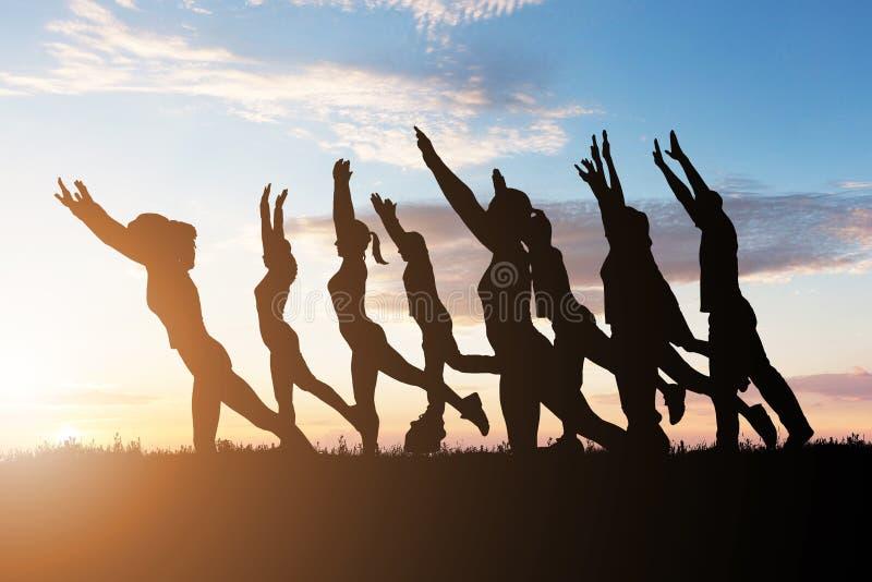 Groupe de personnes faisant le yoga photos stock