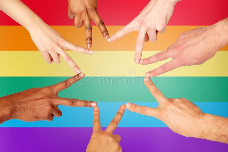 Groupe de personnes internationales montrant le signe de paix photos libres de droits