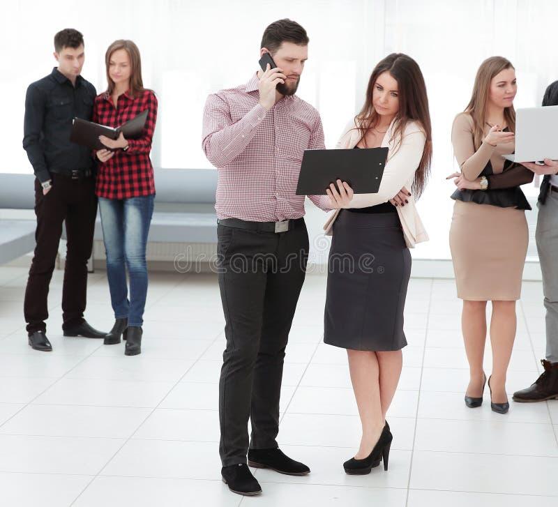 Groupe de personnes l'entrevue d'emploi de attente dans le hall de bureau photographie stock libre de droits