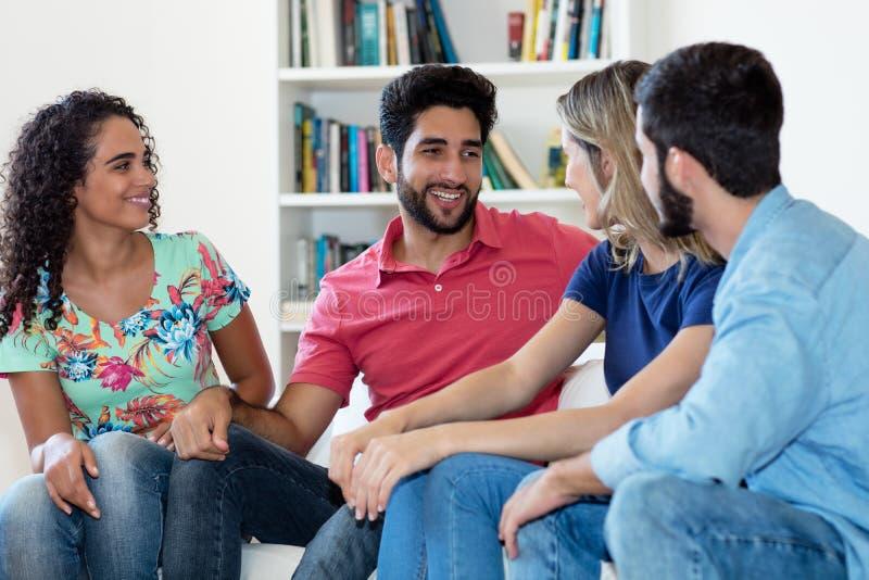 Groupe de personnes latino-am?ricaines et caucasiennes dans la discussion photo libre de droits