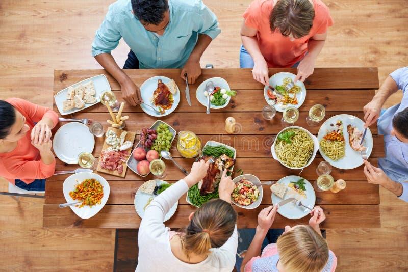 Groupe de personnes mangeant le poulet pour le dîner photos libres de droits