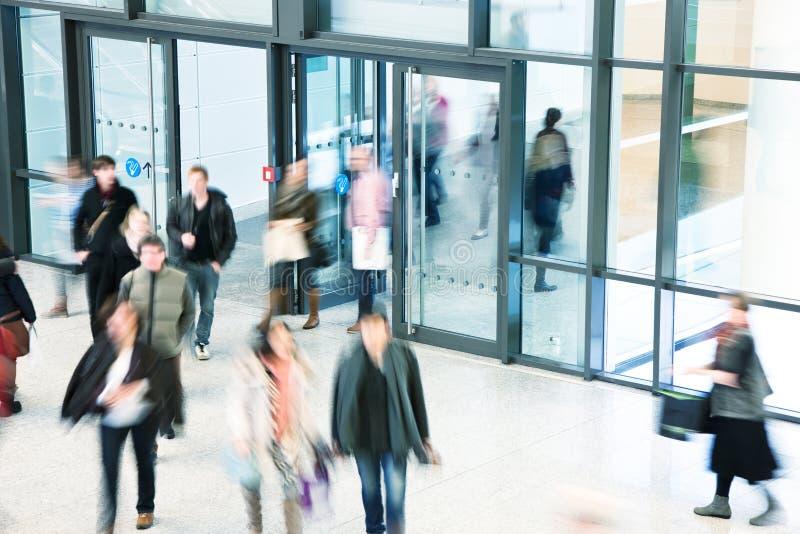 Groupe de personnes marchant au centre commercial, tache floue de mouvement photo libre de droits