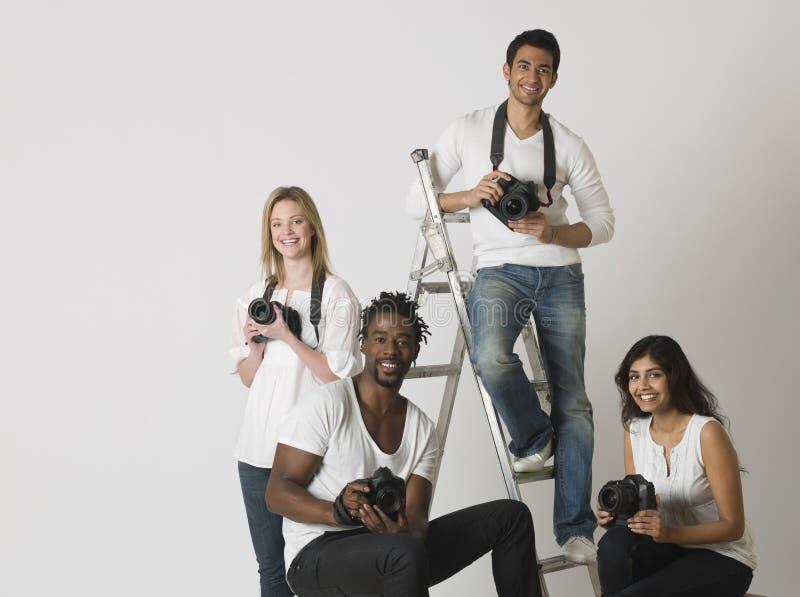 Groupe de personnes multi-ethnique avec des appareils-photo image libre de droits