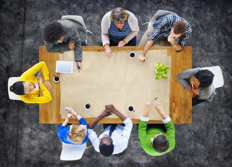 Groupe de personnes multi-ethnique dans un espace de réunion et de copie images libres de droits