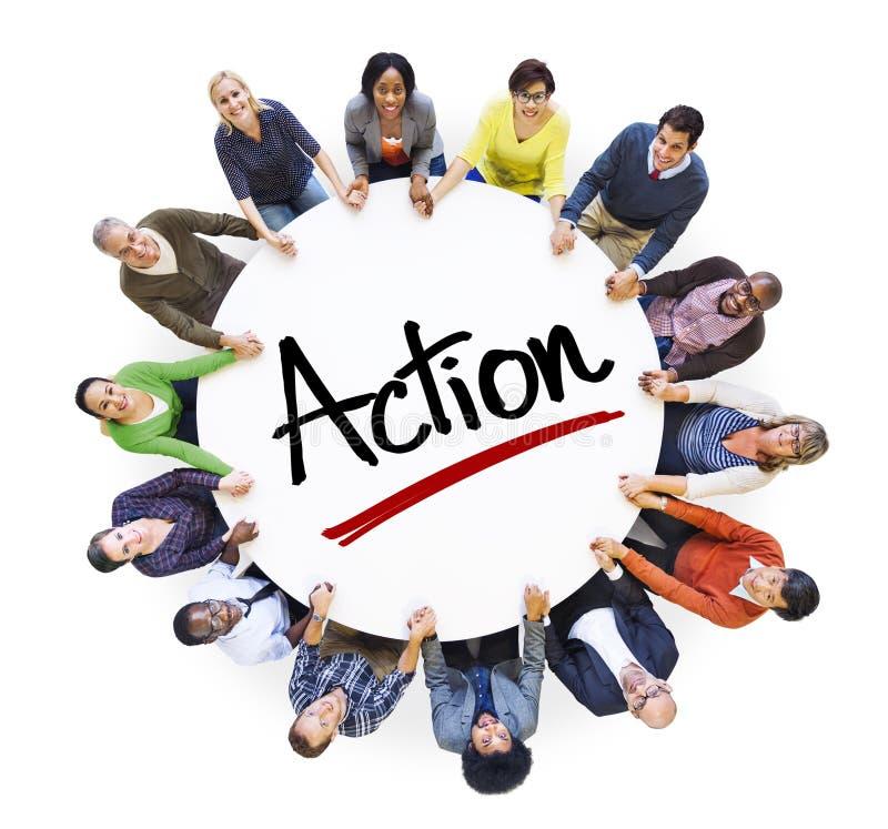 Groupe de personnes multi-ethnique et concepts d'action images libres de droits